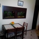Квартира посуточно в Севастополе имеет кухню с большим панорамным аквариумом