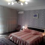 Полноценная двухметровая кровать в квартире в центре Севастополя на сутки